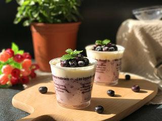 #百变水果# 蓝莓果酱奶油杯,也可撒些糖粉装饰