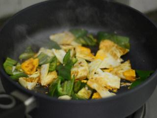 青椒荷包蛋,调入生抽和盐,炒匀即可
