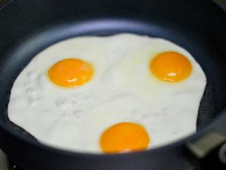 青椒荷包蛋,打入鸡蛋