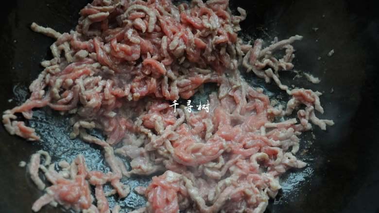 经典家常菜之鱼香肉丝(清真牛肉版),锅内放油烧热,下入切好的牛肉丝炒到变色。