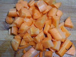 胡萝卜玉米浓汤,胡萝卜切成小丁