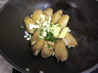 可乐鸡翅,加入葱姜蒜,炒香