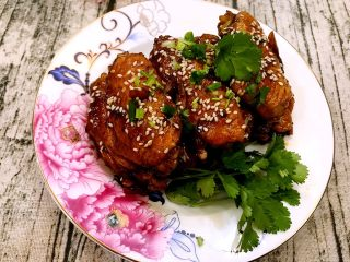 可乐鸡翅,装盘,撒上熟白芝麻,葱花和香菜
