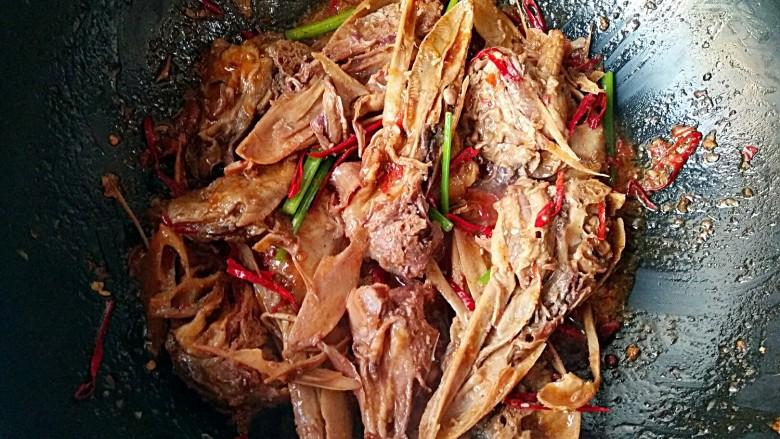 干锅鸭头,大火翻炒一下,火锅辣酱味道很足,其他的调味料就不用加了。