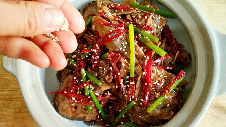 干锅鸭头,出锅后撒上白芝麻即可,为了吃完方便涮锅,我直接用砂锅盛了。