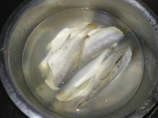 咸鱼豆腐煲,咸鱼清水泡上一天,中间换水两三次,去除部分咸味。