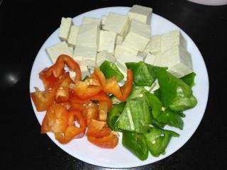 咸鱼豆腐煲,豆腐切块,青红椒切块