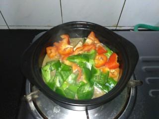 咸鱼豆腐煲,再把青红椒放入,焖煮两分钟,放少许鸡精即可出锅