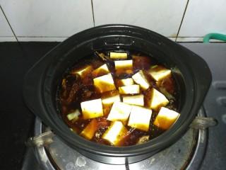 咸鱼豆腐煲,豆腐放入,中火烧开,小火焖煮10分钟