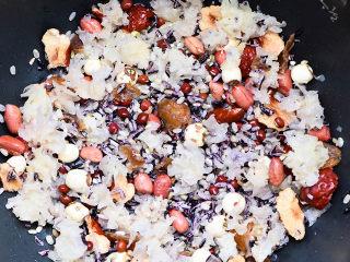 腊八粥,所有材料放入锅内。