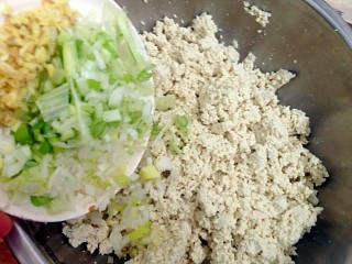 豆腐丸子,葱姜切末倒入捏碎的豆腐中