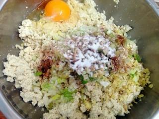 豆腐丸子,加入五香粉盐打入一个鸡蛋拌匀