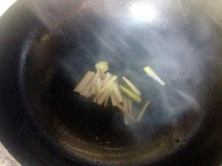 豆腐丸子,锅底留油爆香葱姜