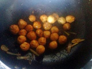 豆腐丸子,放入丸子翻炒。每个丸子都裹上酱汁就可以出锅了