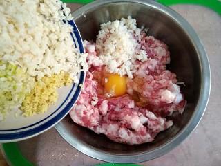 清汤狮子头,在肉馅中打入一个鸡蛋,拌入切好的葱姜马蹄碎。