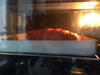 奥尔良鸡腿包饭,入烤箱上层,烤25-30分钟,颜色合适即可(中途可再刷鸡腿外皮两次)