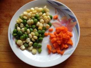 奥尔良鸡腿包饭, 胡萝卜切小丁,玉米粒和豌豆粒煮熟备用
