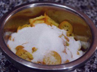 止咳清肺-杭白菊金枣果凝,撒入白砂糖准备腌制
