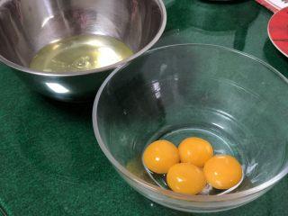 超软绵舒芙蕾松饼——日式松饼,鸡蛋分离,将蛋白放入冷冻室提前冷冻至有冰渣出现