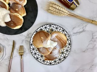 超软绵舒芙蕾松饼——日式松饼,表面先撒上防潮糖粉(特殊糖粉,不会吸收水分),淋上蜂蜜,再来一勺厚实的酸奶吧~