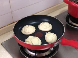 超软绵舒芙蕾松饼——日式松饼,不粘锅小火加热,我是用冰淇淋勺挖的面糊,1勺先放,等底部微微定型了再舀一勺,这样就会变得厚厚的了~