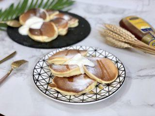 超软绵舒芙蕾松饼——日式松饼,这款舒芙蕾松饼,口感像舒芙蕾,松饼体也像舒芙蕾,比较容易回缩