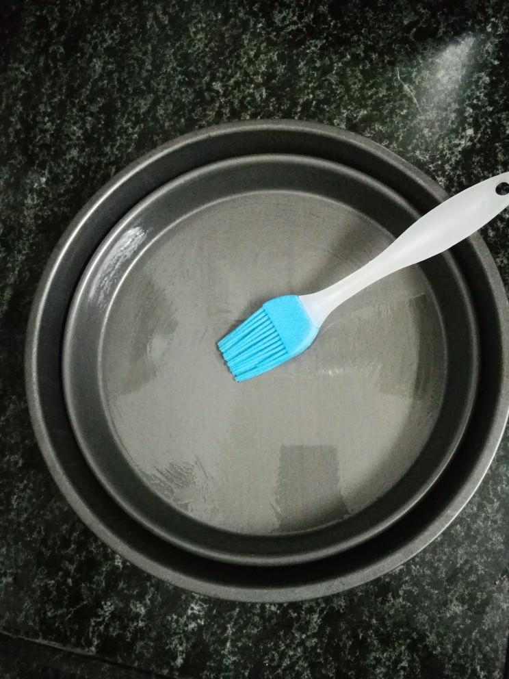翡翠肠粉,取平底披萨盘,刷一层薄薄的色拉油