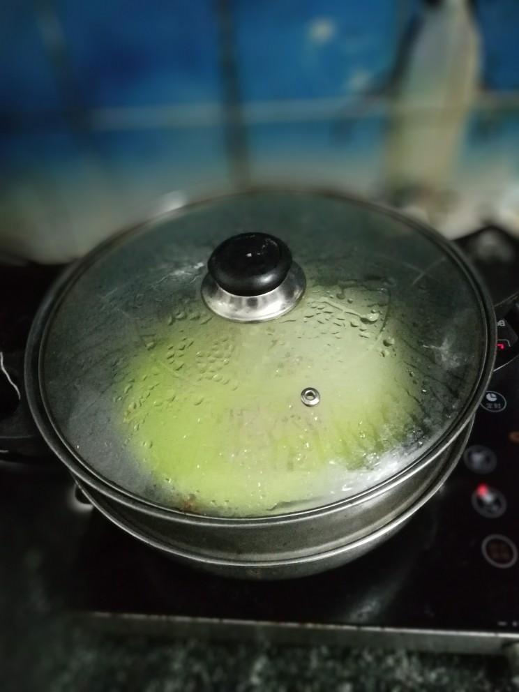 翡翠肠粉,热水入锅,蒸几分钟,面皮鼓起大起泡即可取出,自行观察一下