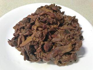 爆炒野生粘蘑,泡好的粘蘑撰干水分。