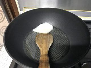爆炒野生粘蘑,热锅,下一大匙猪油,融化(蘑菇比较吸油)。