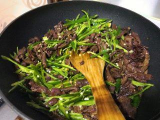 爆炒野生粘蘑,颠匀,让调味料均匀粘附在蘑菇和辣椒上。