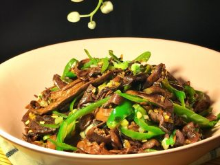 爆炒野生粘蘑,粘蘑滑嫩鲜美的口感白吃不厌。