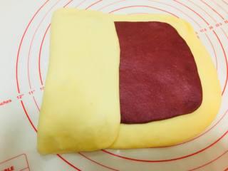 草莓大理石吐司,进行第一次折叠,左起三分之一向右折。左起三分之一向左折,覆盖住之前折过来的部分。