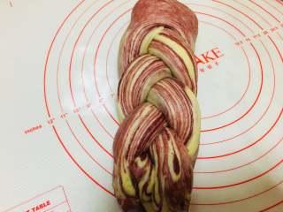 草莓大理石吐司,将分割好的条,编成辫子。结尾处捏紧。辫子两端向下折,在底部相遇。