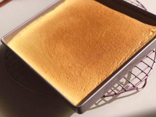 芋泥麻薯肉松盒子蛋糕,烤好一盘小四卷,方子在我上一个豆乳盒子蛋糕里有。这里就不重复啦。