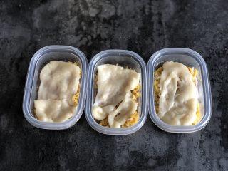 芋泥麻薯肉松盒子蛋糕,然后取一小块麻薯擀薄,盖在肉松上