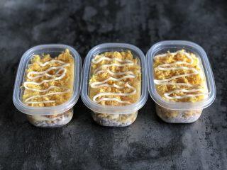 芋泥麻薯肉松盒子蛋糕,均匀铺上肉松,挤适量蛋黄酱