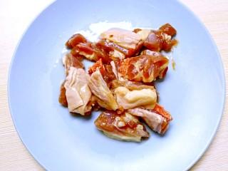 暖心鸡汤,鸡肉洗净,剁成小块,装入盘中;