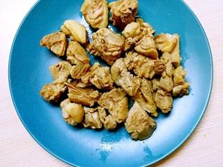 暖心鸡汤,锅中加入凉水,放入剁好的鸡块,水焯三分钟,弃掉汤,捞出备用;