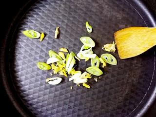 暖心鸡汤,锅加热,加入橄榄油烧热,加入葱姜蒜炒香;