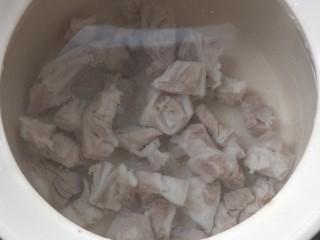 脆骨萝卜金钩汤,砂锅接好水,把脆骨放入。