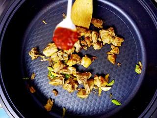 暖心鸡汤,加入一勺豆瓣酱,不断翻炒;