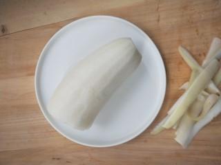 脆骨萝卜金钩汤,取适量,我用了半个,削皮。