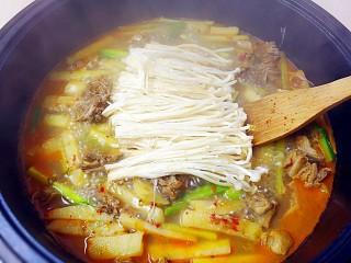 暖心鸡汤,再加入金针菇,小火炖3分钟;