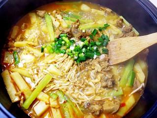 暖心鸡汤,加入蒜苗,翻炒均匀;
