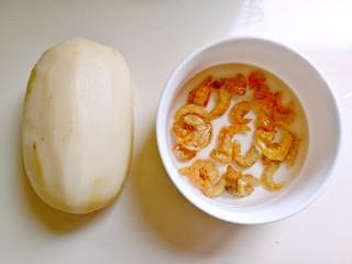 蒸藕粉~莲藕这样吃很妙,莲藕洗干净去皮,虾米用温水泡软