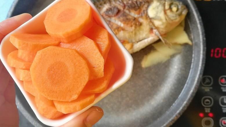 胡萝卜山药鲫鱼汤,倒入胡萝卜