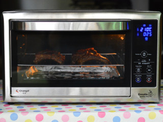 蒜香烤肋排,放入烤箱中层,210度,烤15分钟