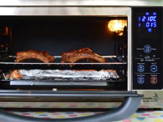 蒜香烤肋排,拿出刷一层酱汁,再烤10分钟