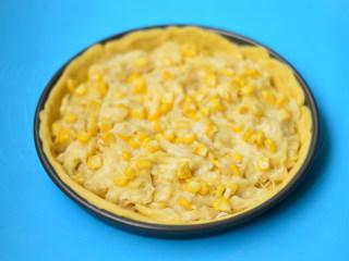 榴莲披萨,摆入去核的榴莲肉和玉米粒